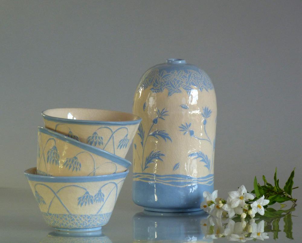 vaso in ceramica con fiori stilizzati