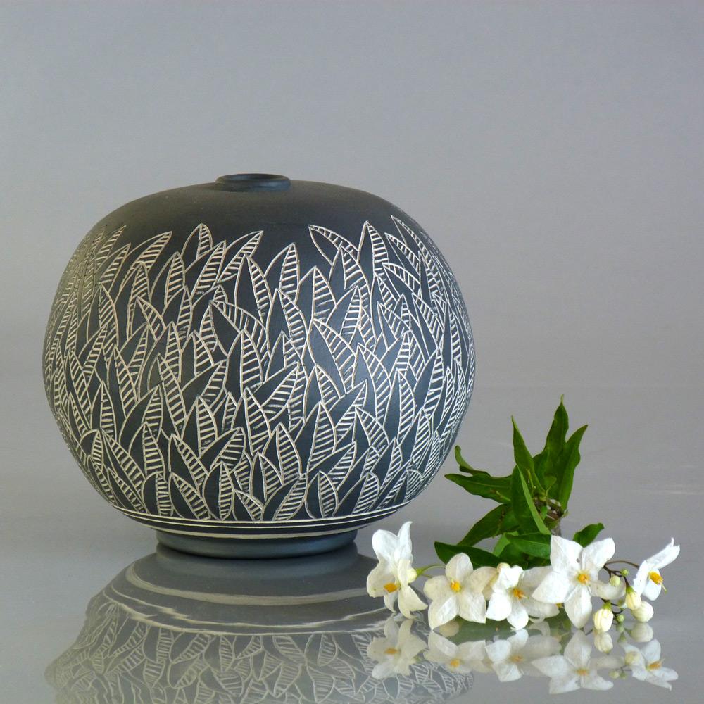 vaso a sfera in ceramica artigianale foglie