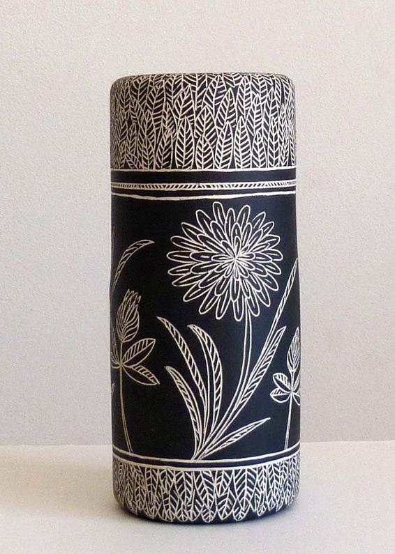 vaso-ceramica-bianco-e-nero-disegno-stilizzato