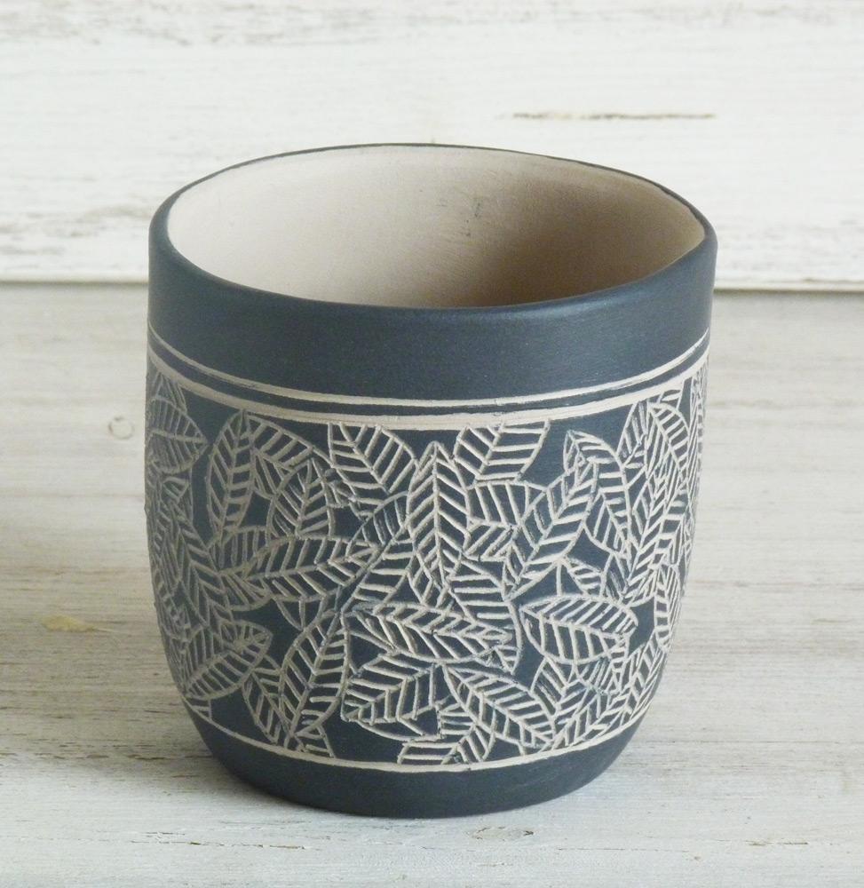 bicchiere per candela ceramica artigianale bianco e nero tappeto di foglie