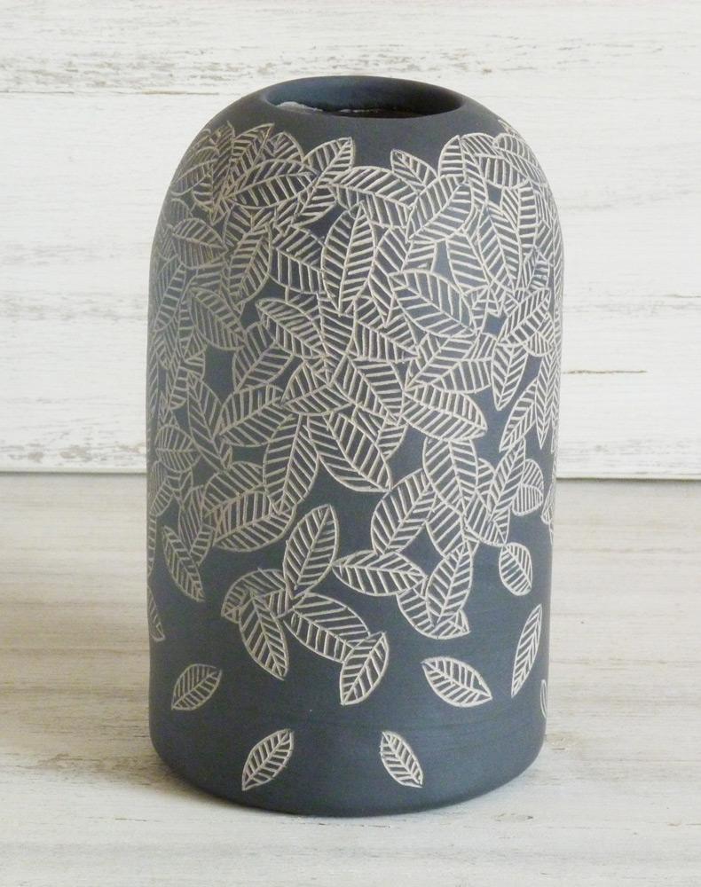 vaso ceramica artigianale bianco e nero cascata di foglie