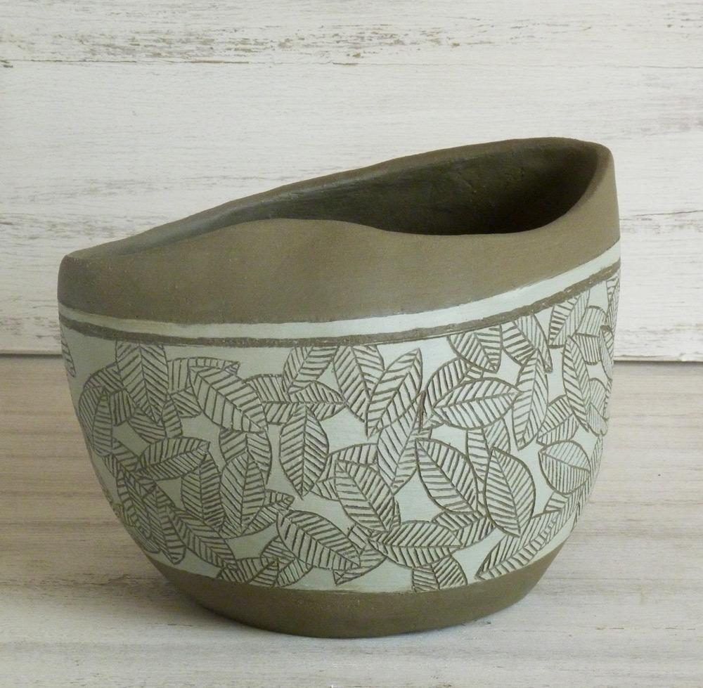 vaso ceramica artigianale design moderno verde e nero tappeto foglie
