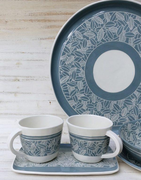 piatto e tazze in ceramica azzurri