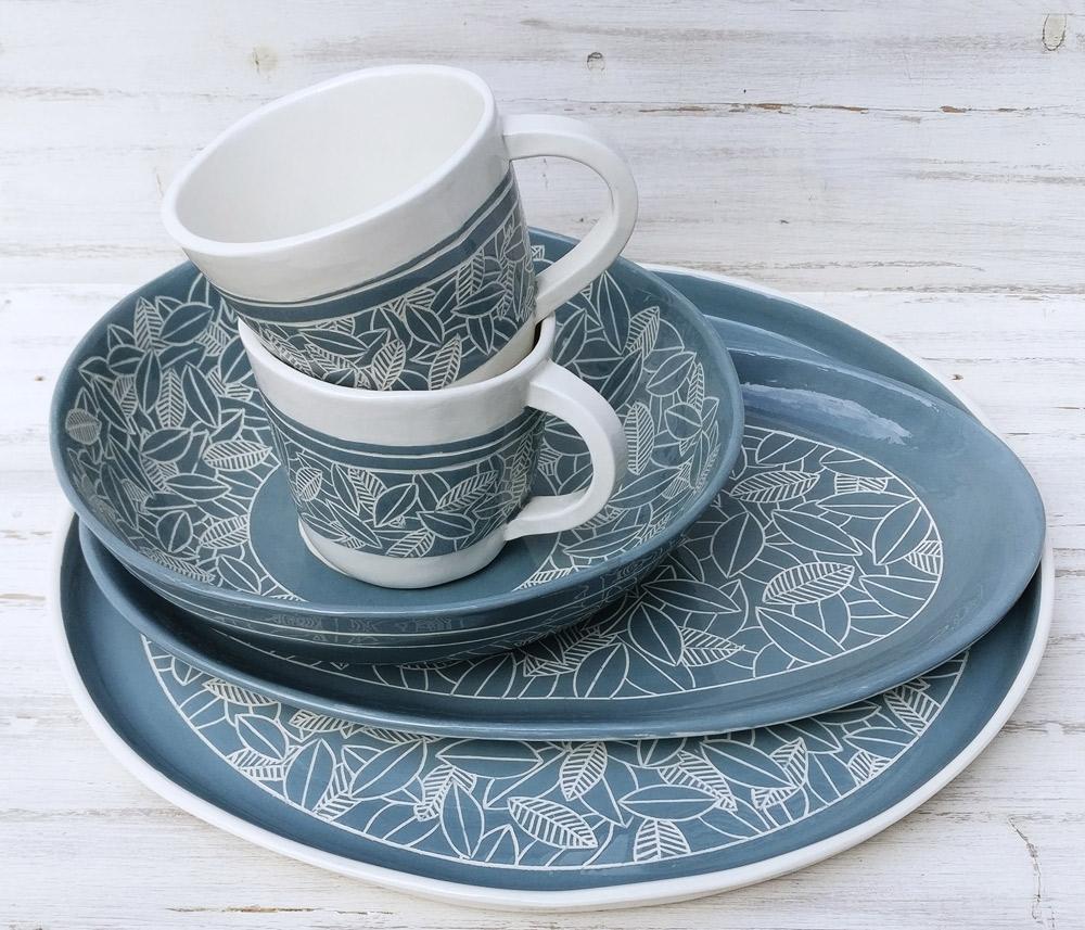 gruppo-piatti-e-tazze-in-ceramica-artigianale-azzurri