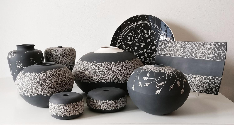 gruppo-vasi-sgraffito-bianco-e-nero-con-piatti