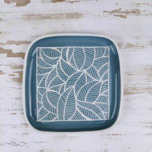 Piatto quadrato con bordo azzurro linea foglie onda