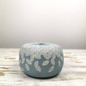 vaso tondo in ceramica con una pioggia di foglie