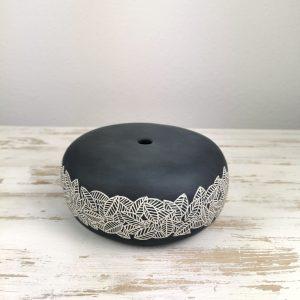 vaso tondo nero con corona di foglie